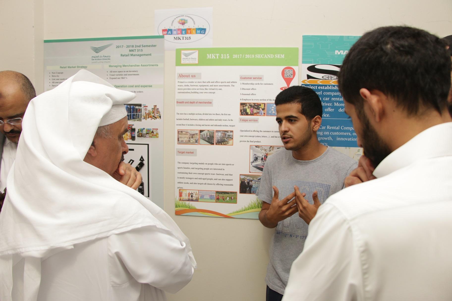 """عميد """"إدارة الأعمال"""" بجامعة دار العلوم يقيّم مشاريع طلاب قسم التسويق"""