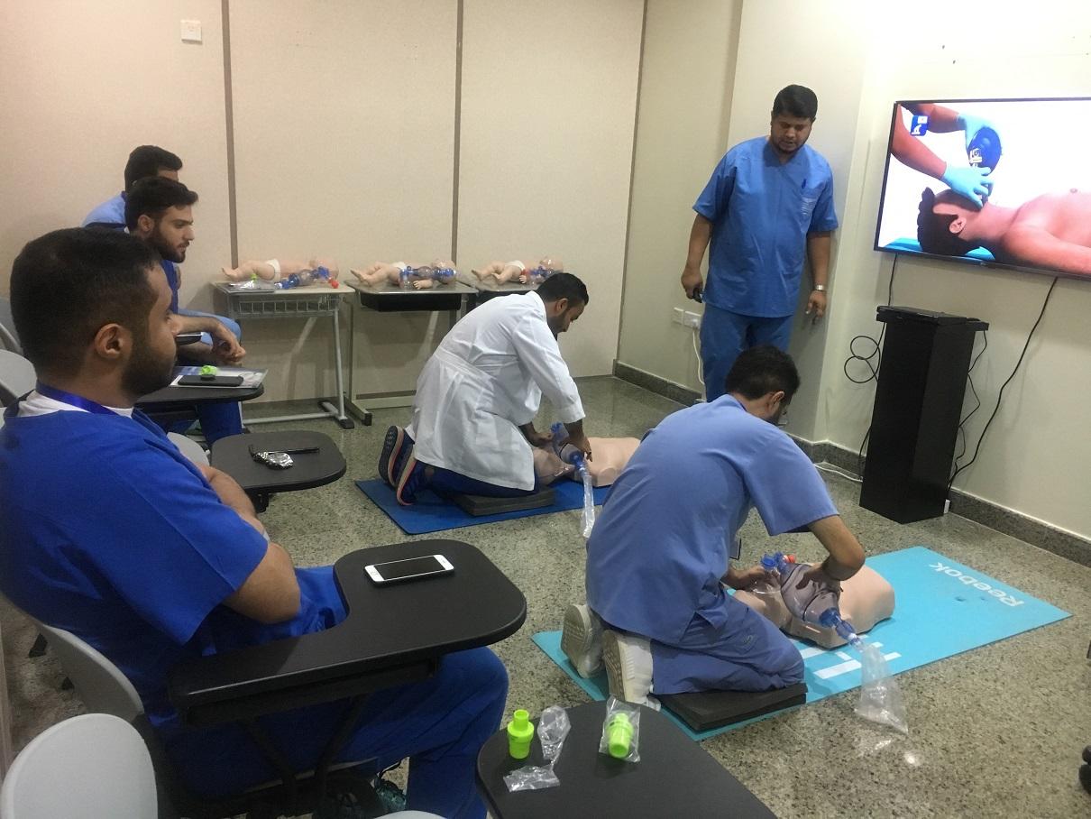كلية الطب البشري تطلق برنامج الدورة التدريبية لدعم الحياة الأساسية BLS