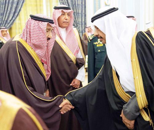 خادم الحرمين الشريفين يستقبل مديري الجامعات ومسؤولي وزارة التعليم